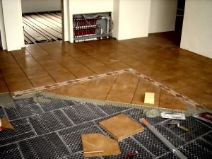 Fußbodenheizung in der Wohndiele, Fliesenbelag in Trockenverlegung